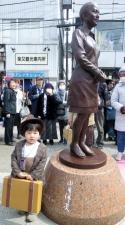 柴又駅、さくらの銅像が来た